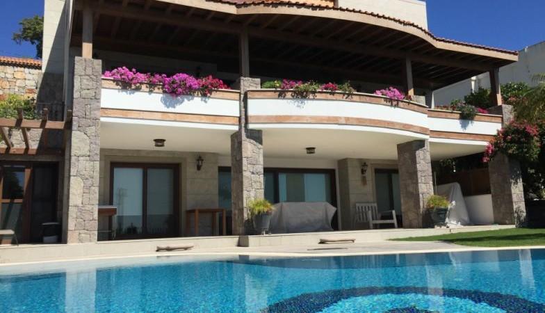 Yalıkavak Merkezde Muhteşem Manzaralı Kapalı Garajlı Triplex Villa